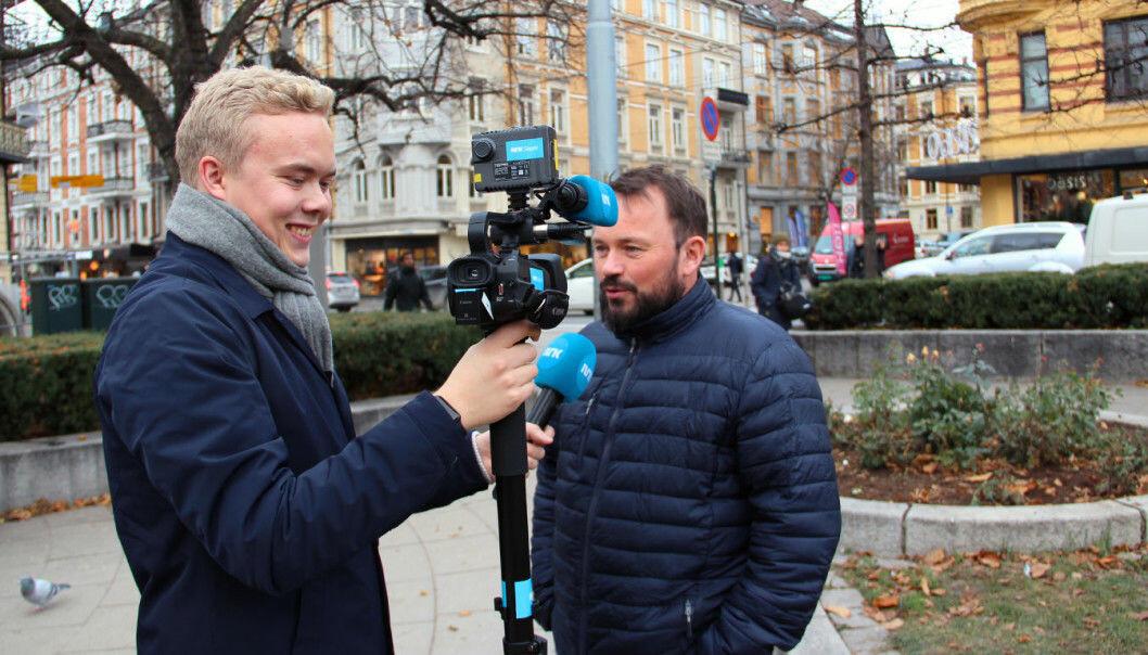 Anders Boine Verstad intervjuer Mikkel Gaup. Nå skal flere av Dagsrevyens reportasjer kjøres på samisk Foto: NRK
