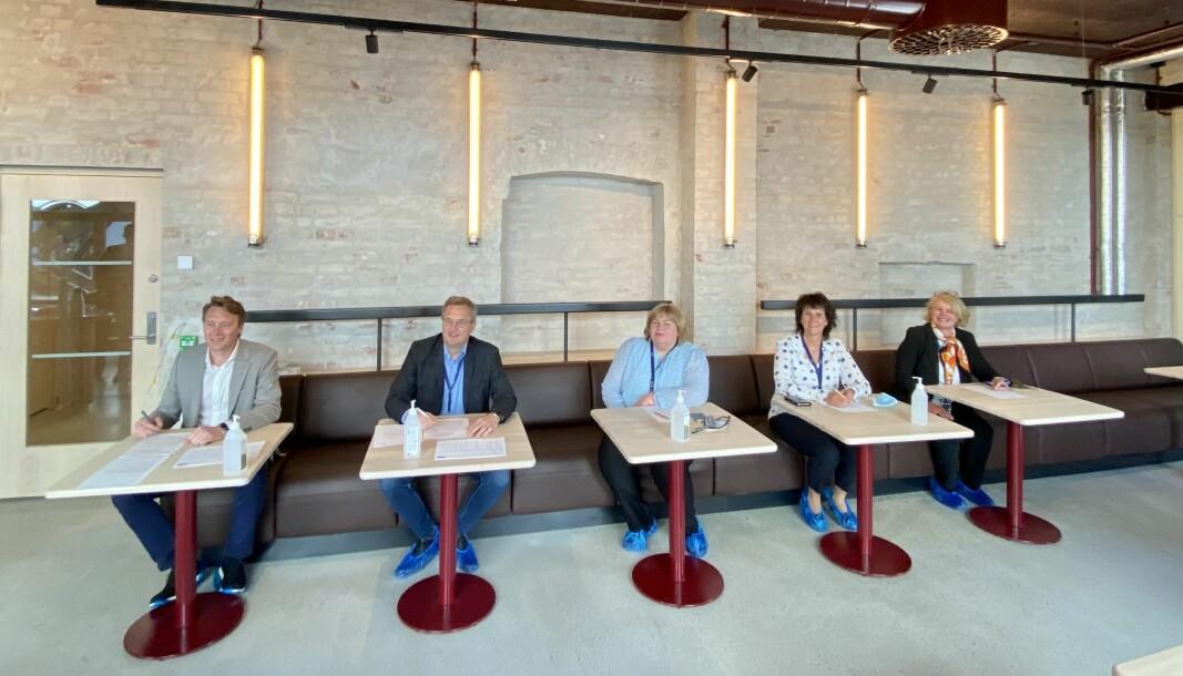 Overtagelsen av Pressens hus ble gjennomført fredag. Fra venstre: Kenneth Harstad (prosjektsjef Aspelin Ramm), Per Brikt Olsen (Fagpressen), Elin Floberghagen (Norsk Presseforbund), Torill Roås (MBL) og Kristin Viker Aanesen (NTB).
