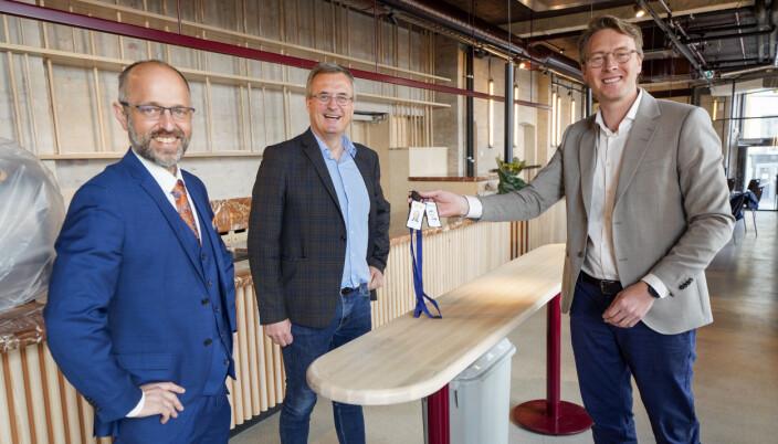 NTB-sjef Mads Yngve Storvik (t.v), Per Brikt Olsen, Adm. direktør i Fagpressen og Kenneth Harstad, prosjektsjef Aspelin Ramm under overtakelse av Pressens Hus fredag.
