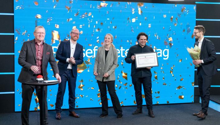 Juryleder Finn E. Våga deler ut Den store journalistprisen til VG. (f.v) Gard Steiro, Oda Leraan Skjetne, Jari Bakken og Sondre Nilsen som mottar prisen på vegne av VG.