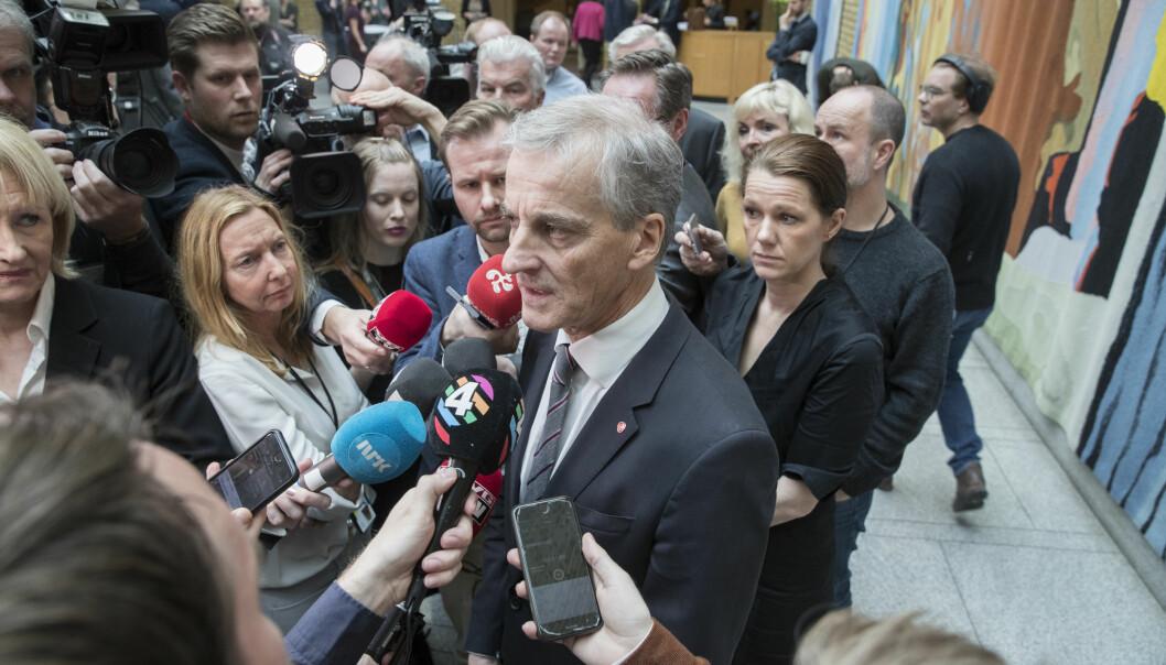 Ap-leder Jonas Gahr Støre omringet av journalister i vandrehallen på Stortinget for noen år siden.