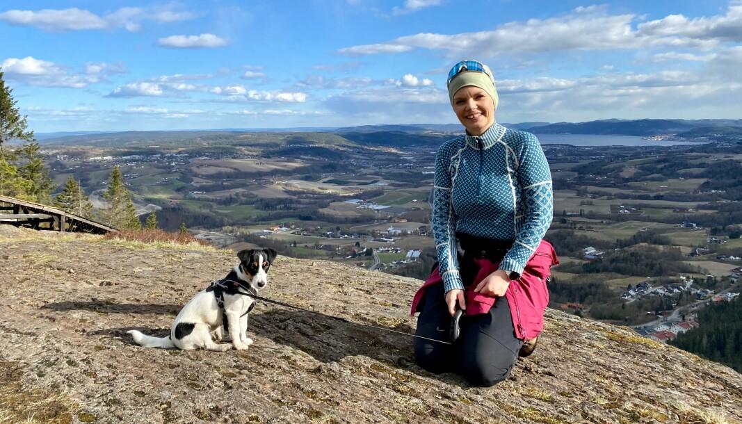 Silje S. Skiphamn - her til høyre i bildet - ser frem til å tilbringe sin nye fritid med den nye hunden sin, Nellie.