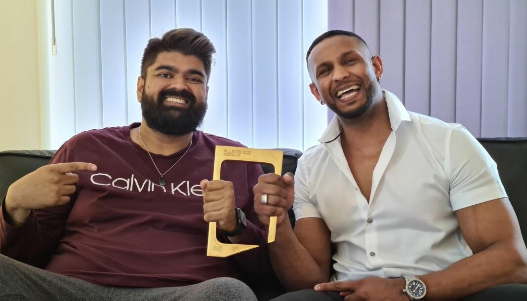 To av deltagerne i «Sofa» på TV 2, Abubakar «Abu» Hussain og Mayoo Indiran. De to mottok Gullruten for «Beste reality» på vegne av TV 2 og Strix under Gullruten.