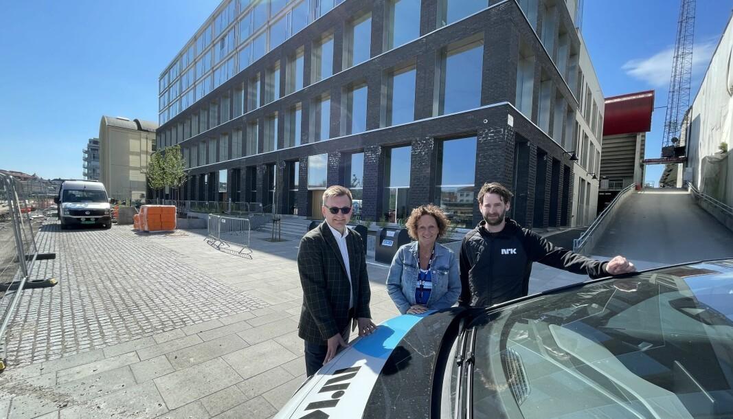 Her blir NRKs nye kontor i Fredrikstad. Markedsdirektør Øivind Kvammen i Værste AS (til venstre), publiseringssjef Eli Halvorsen og nyhetssjef Sebastian Nordli poserer foran lokalet.