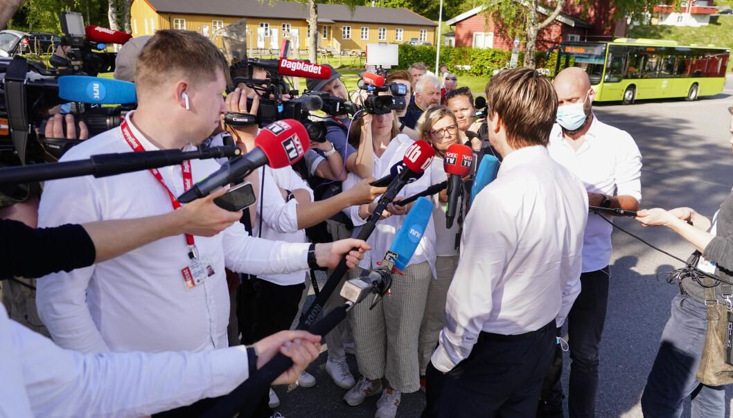 Viggo Kristiansens forsvarer Bjørn André Gulstad snakker med et tettpakket pressekorps utenfor Ila fengsel tirsdag denne uken.