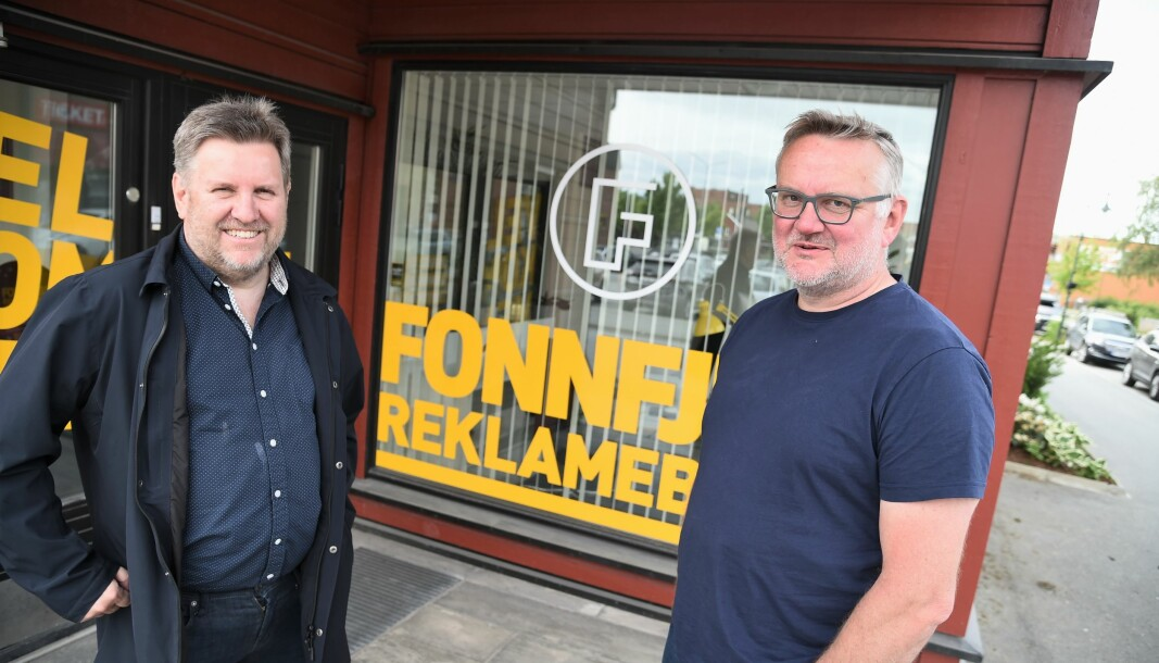 OVERTAR LOKALAVIS: Svein Halvor Moe (t.v.) selger lokalavisa i Meråker til TA Media og John Arne Moen, etter at han i tjue år har vært eier og mesteparten av dette århundret har vært redaktør.