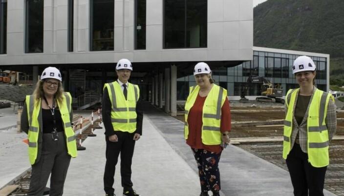 Mediedekan Kate Kartveit (fra venstre), rektor Johann Roppen, statsminister Erna Solberg og Volda-direktør Karen Lomeland Jacobsen avbildet utenfor det nye mediebygget.