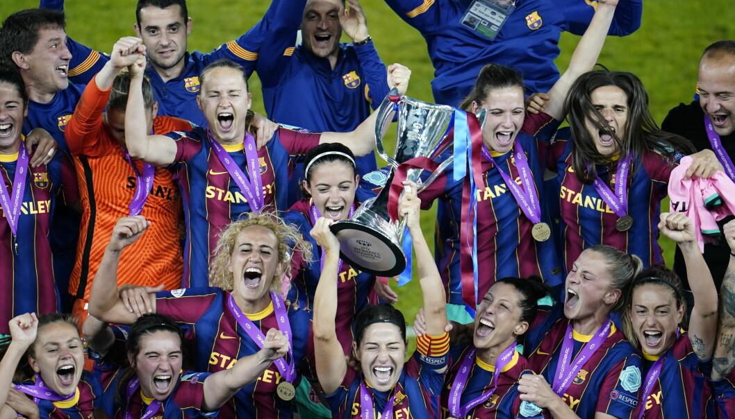 Barcelonas norske stjerne Caroline Graham Hansen (nummer fem fra venstre) feirer seieren i årets Champions League-finale. Fremover vil kampene bli vist åpent på YouTube.