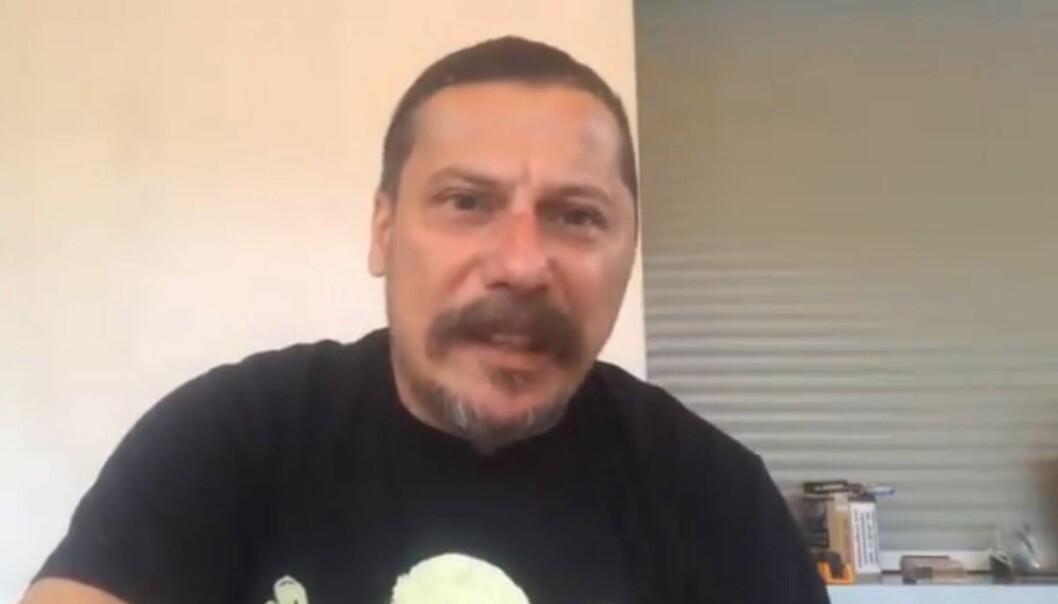 Journalisten Erk Acarer sier i en video han har lagt ut på Twitter at angrepet skjedde sent onsdag kveld.
