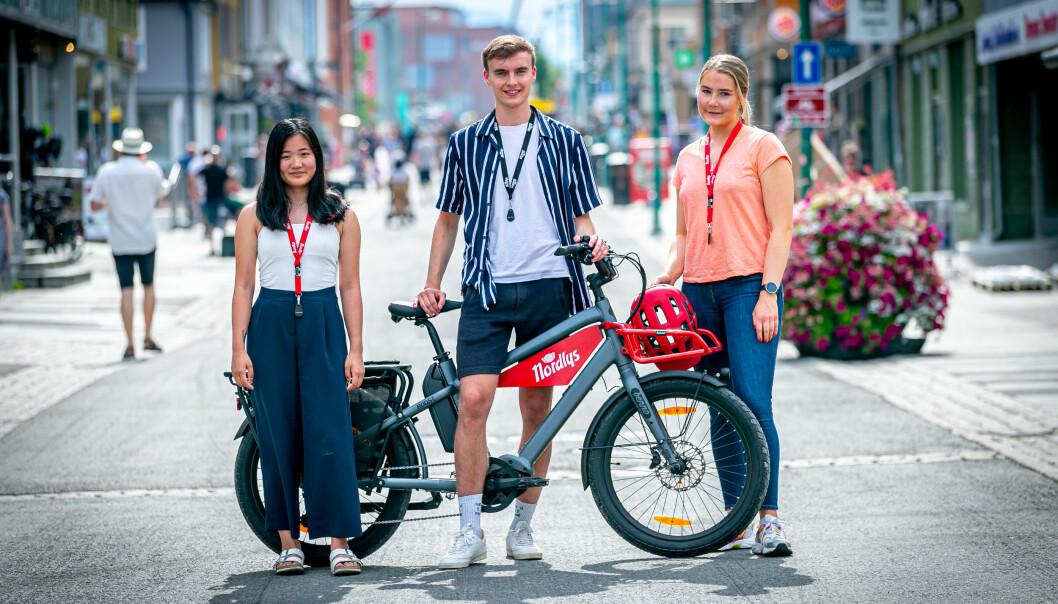 Dette er tre av sommervikarene i Nordlys i år: Elvira Jeanette Cha Kolsing (20), Peter Johnsen Kjellstad (20) og Guro Kristoffersen Lysnes (25).