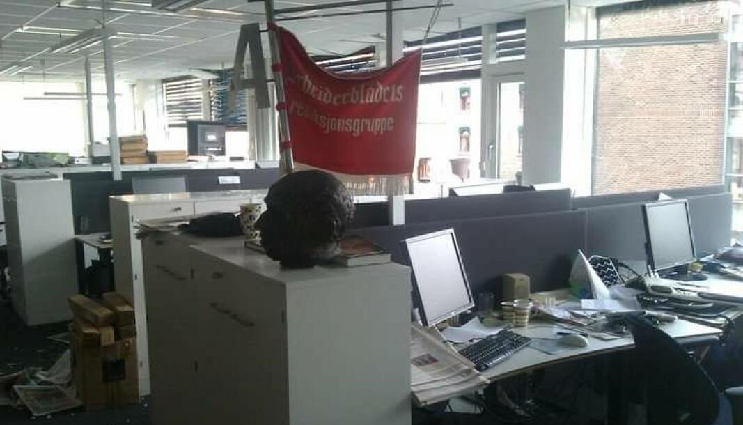 Da bomben gikk av i Regjeringskvartalet, blåste vinduene inn i lokalene til Dagsavisen og Arbeiderbladet-flagget ble stående og blafre i vinden