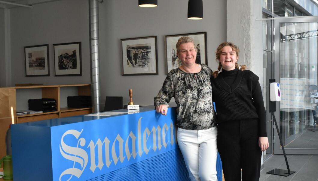 Mor og datter Guri Rønning og Gina Rønning Sørbye jobber begge i Smaalenenes Avis i sommer.