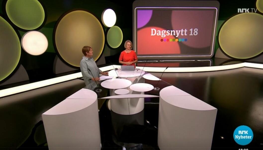 Programleder Sigrid Sollund (til høyre) har denne uken ledet Dagsnytt 18 fra nytt studio.