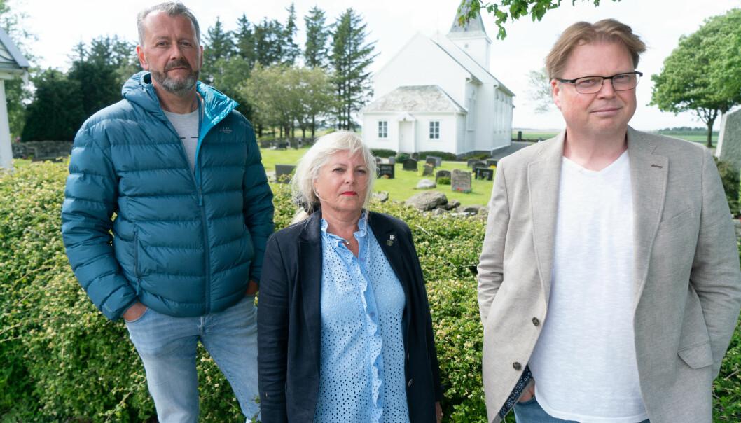 Journalist Hans Petter Aass (f.v.), Tina Jørgensens mor, Torunn Austdal Rasmussen, og forfatter og tidligere politietterforsker Jørn Lier Horst fotografert ved Bore kirke.
