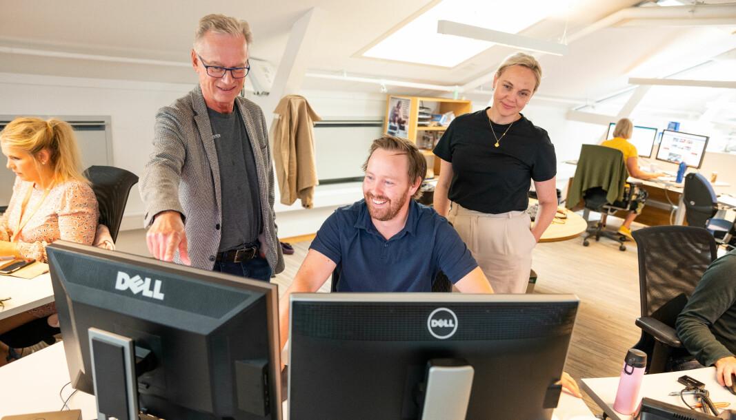 Utviklingssjef Bjørn Atle Eide (fra venstre), digitalredaktør Øystein Bjerkestrand og Katrine Lia, sjefredaktør i Agderposten, kan fornøyd konstatere at roboten desker papiravisen for dem.