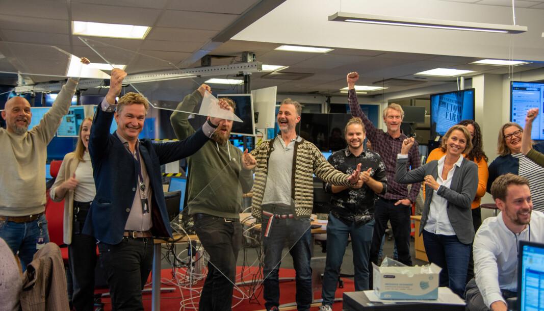 NRK Direkte-redaktør Espen Olsen Langfeldt (i blå blazer) og hans kolleger er svært godt fornøyde med at smittevernreglene nå er borte.