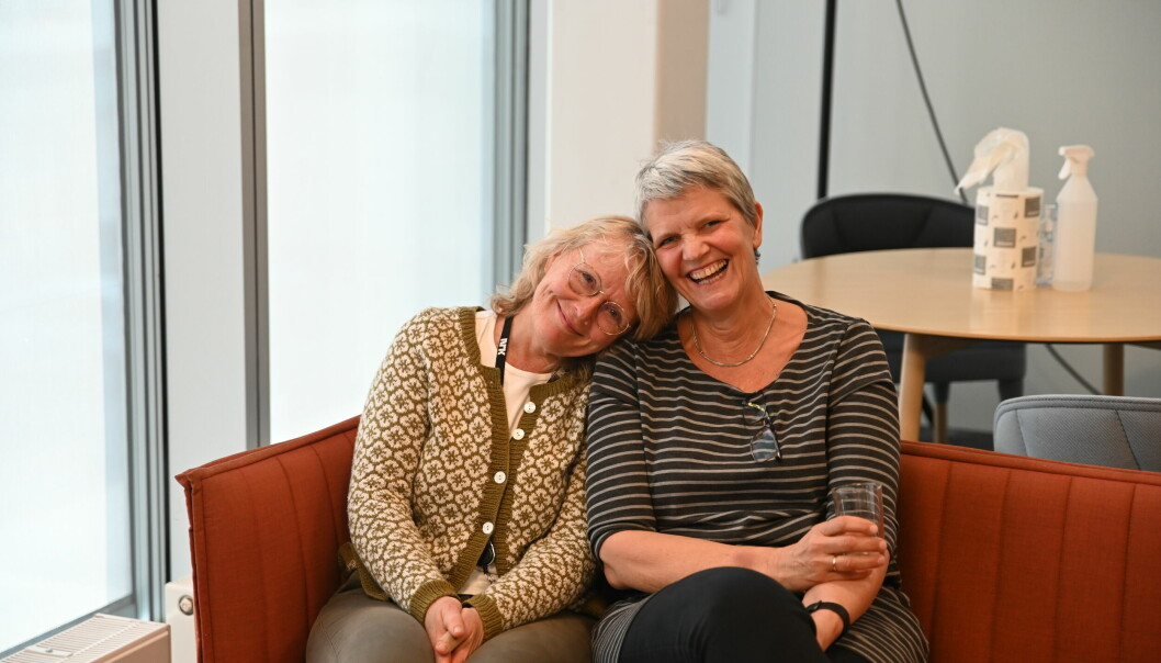 NRK Vestland-journalistene Lise-May Spissøy og Tone Berge er glad for at man endelig kan klemme igjen på kontoret.