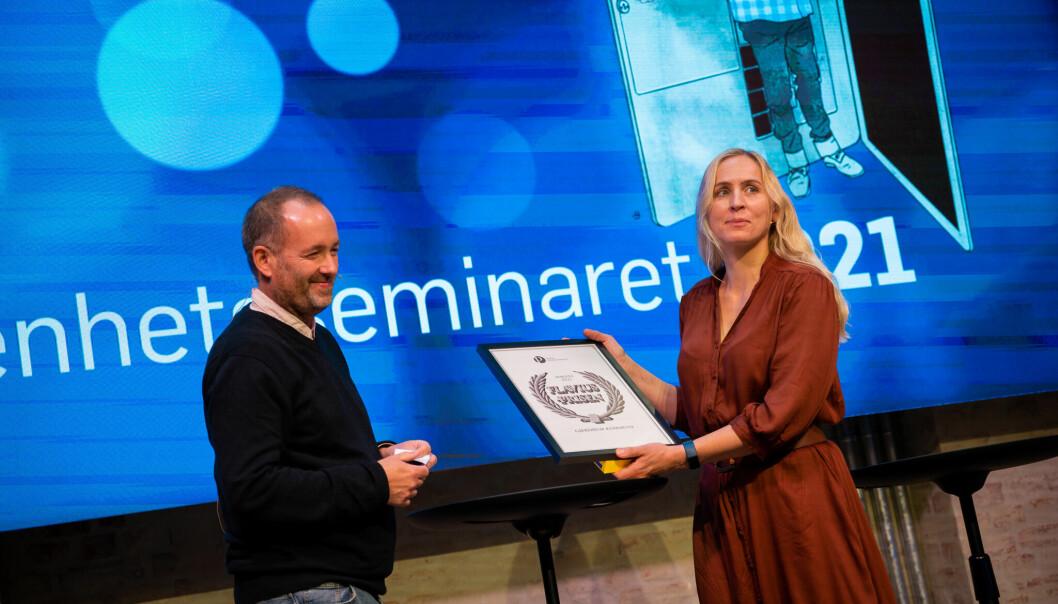 Virksomhetsleder i Gjerdrum kommune, Berit Adriansen mottok prisen av juryleder Eirik Haugen, nestleder i POU