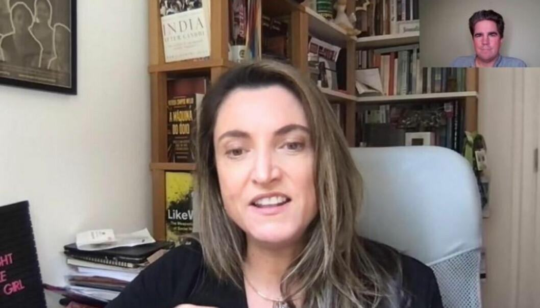 Den brasilianske gravejournalisten Patricia Campos Mello er en av gjestene under seansen. Her blir hun intervjuet av Aftenposten-journalist Kristoffer Rønneberg (innfelt).