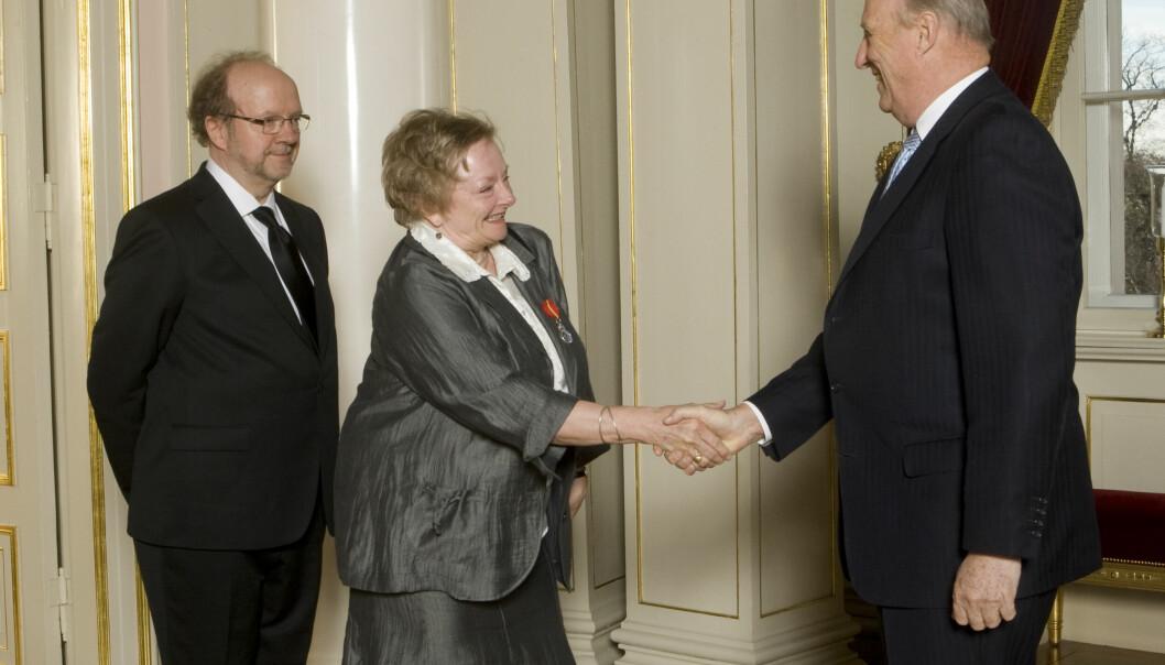 Her hilser ekspertkommentator Anne Baggethun og ledsager Boye Baggethun fra Oslo på kong Harald.