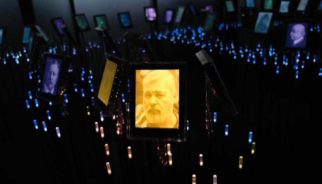 Journalisten Dmitrij Muratov på en skjerm i Nobels hage på Nobel Fredssenter.